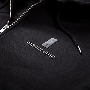 Mustat hupparit painatuksella, Mainframe logopainatus kohopainatuksella