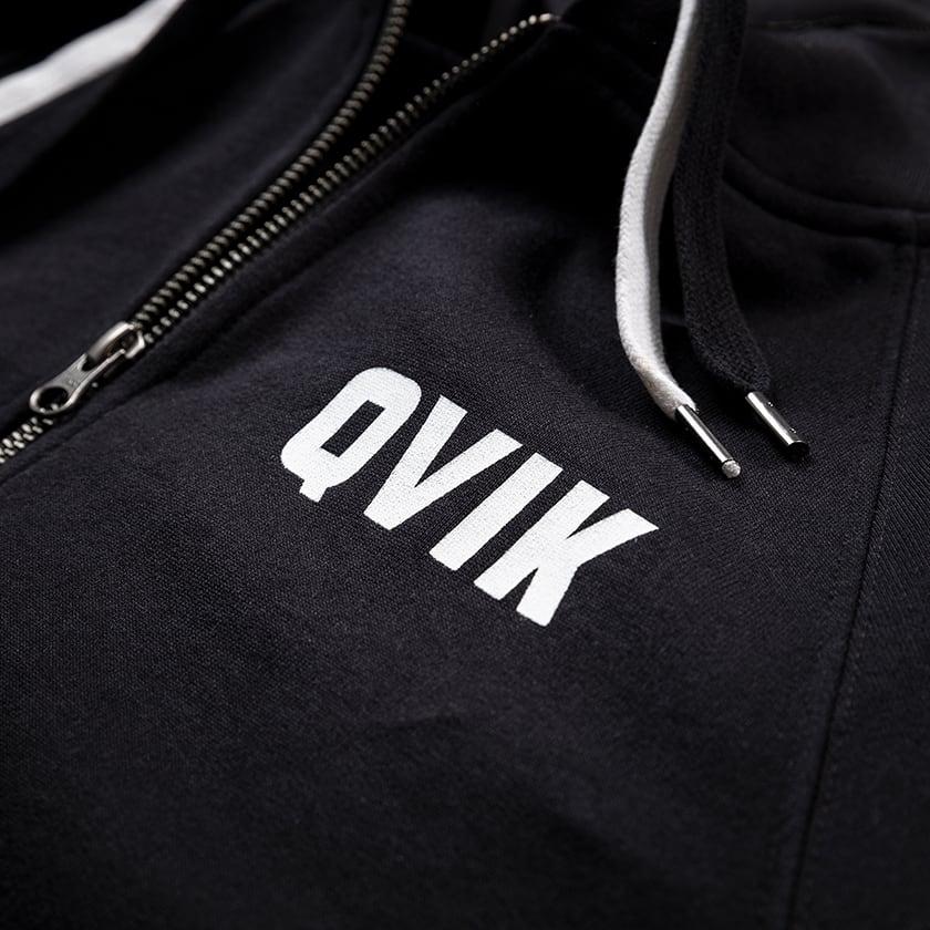 Mustat hupparit painatuksella, Qvik logopainatus