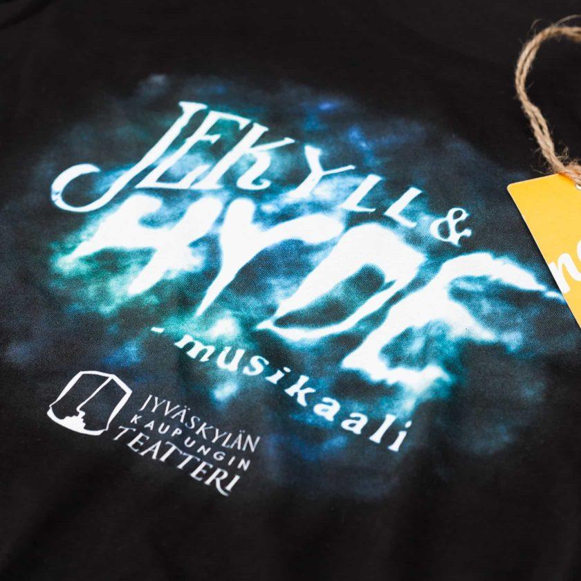 Jekyll & Hyde musta t-paita ja monivärinen kuvamainen paitapainatus