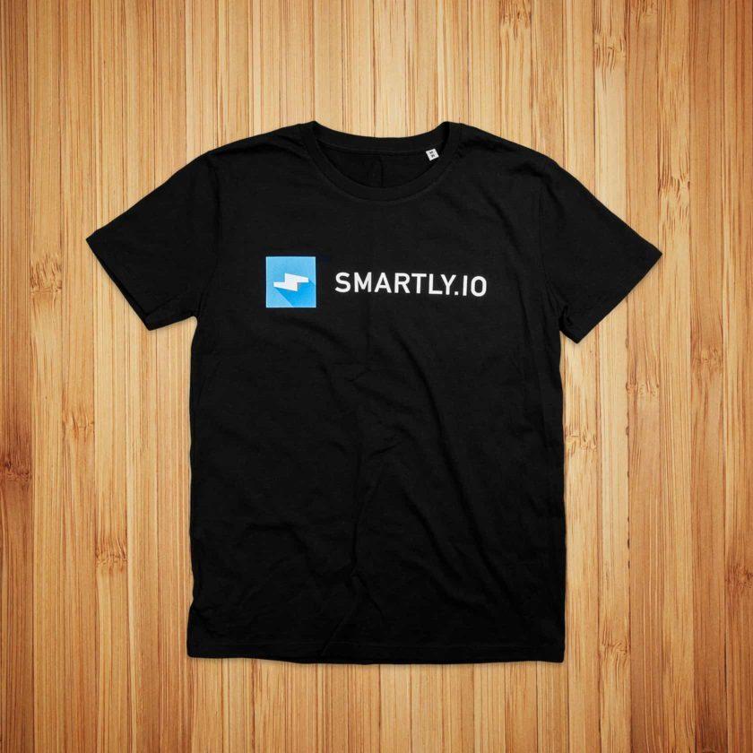 Smarly.io, musta t-paita ja logopainatus