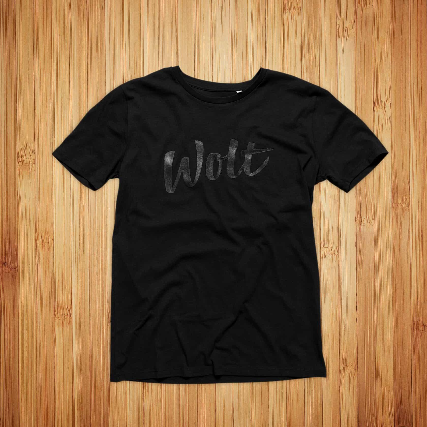 Wolt, musta t-paita ja musta kohopainatus