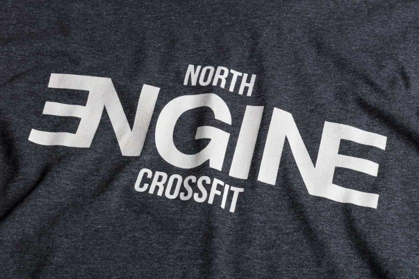 North Engine Crossfit paitojen painatus tehtiin syövyttävillä väreillä (discharge)